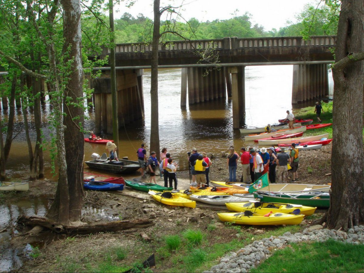 Preparing to paddle the Neuse from Kinston | Photo © Lucy Marston